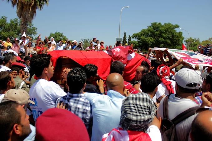 Nawaat - Reportage photo : L'enterrement de Mohamed Brahmi en images